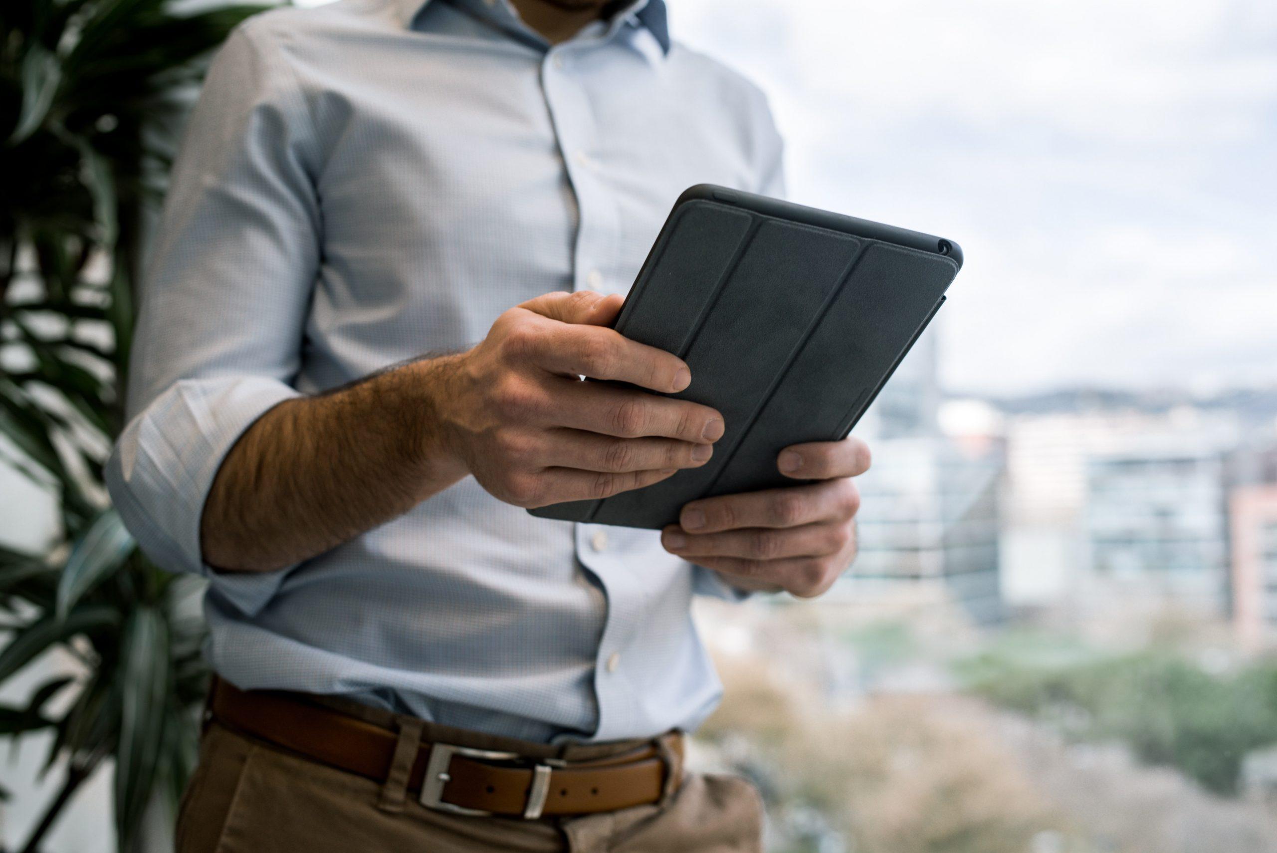 Hombre viendo un recorrido virtual desde una tablet.